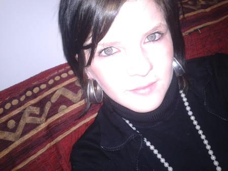 Julie lefrancs 24 ans compiegne copains d 39 avant for Salon 2000 compiegne
